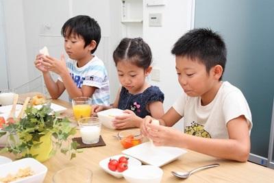 食卓で食事をする子供