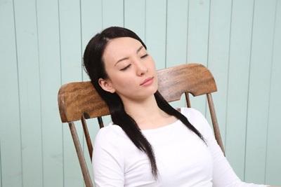 催眠術にかかり眠ってしまった女性
