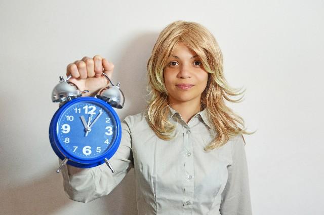 時計を差し出す女性