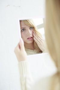 メイクをしない自分を鏡で見るのが嫌な女性