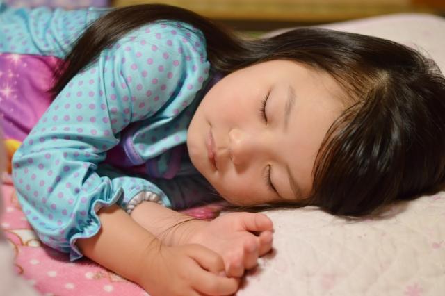 鉄分不足による貧血で寝ている子供