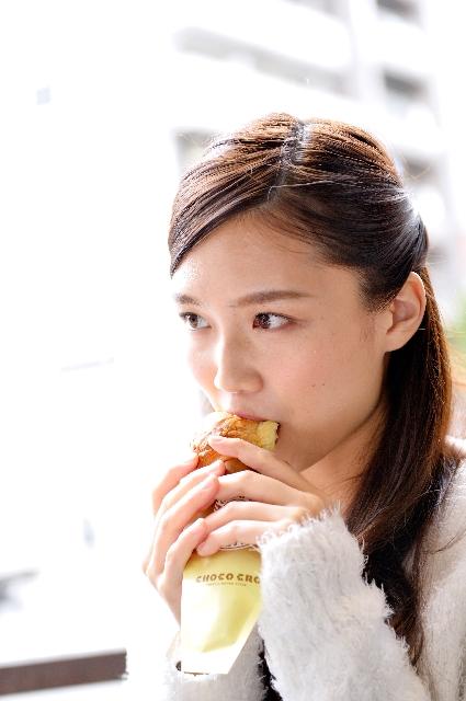 食べる少女