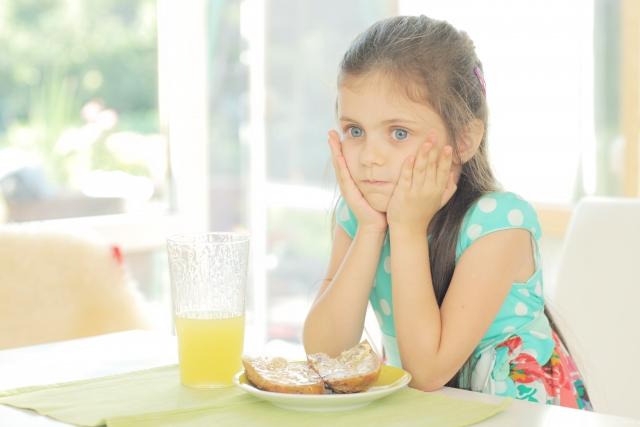 パンを食べられない少女