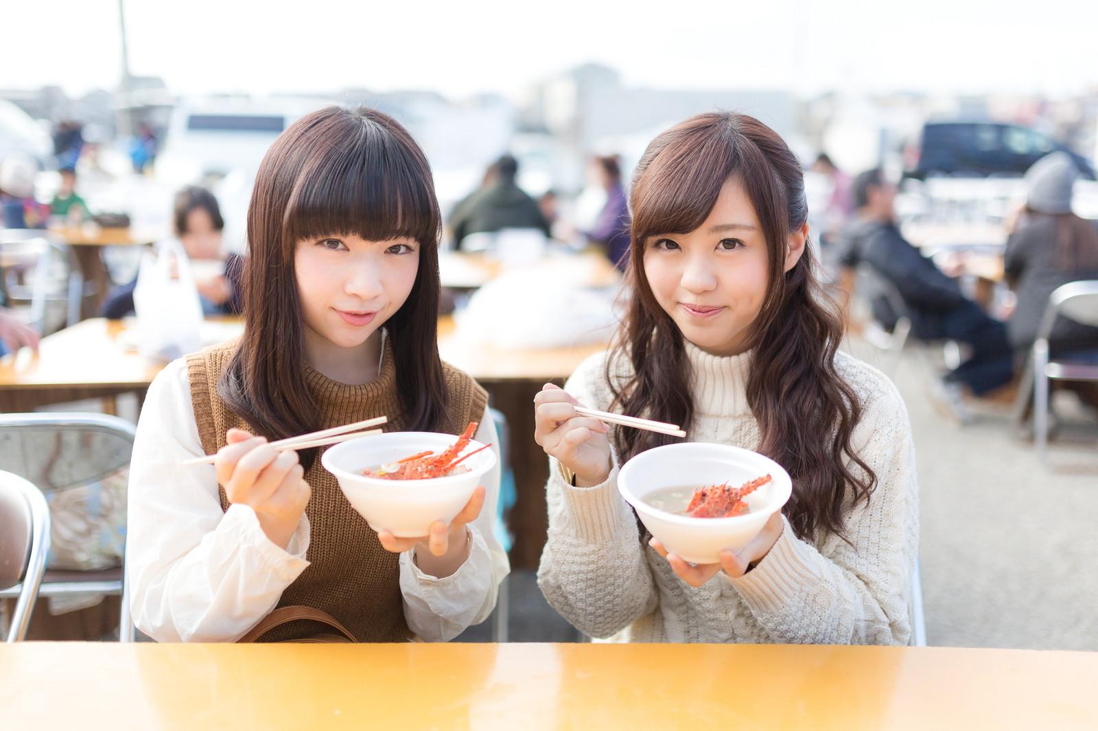 食べている女性二人