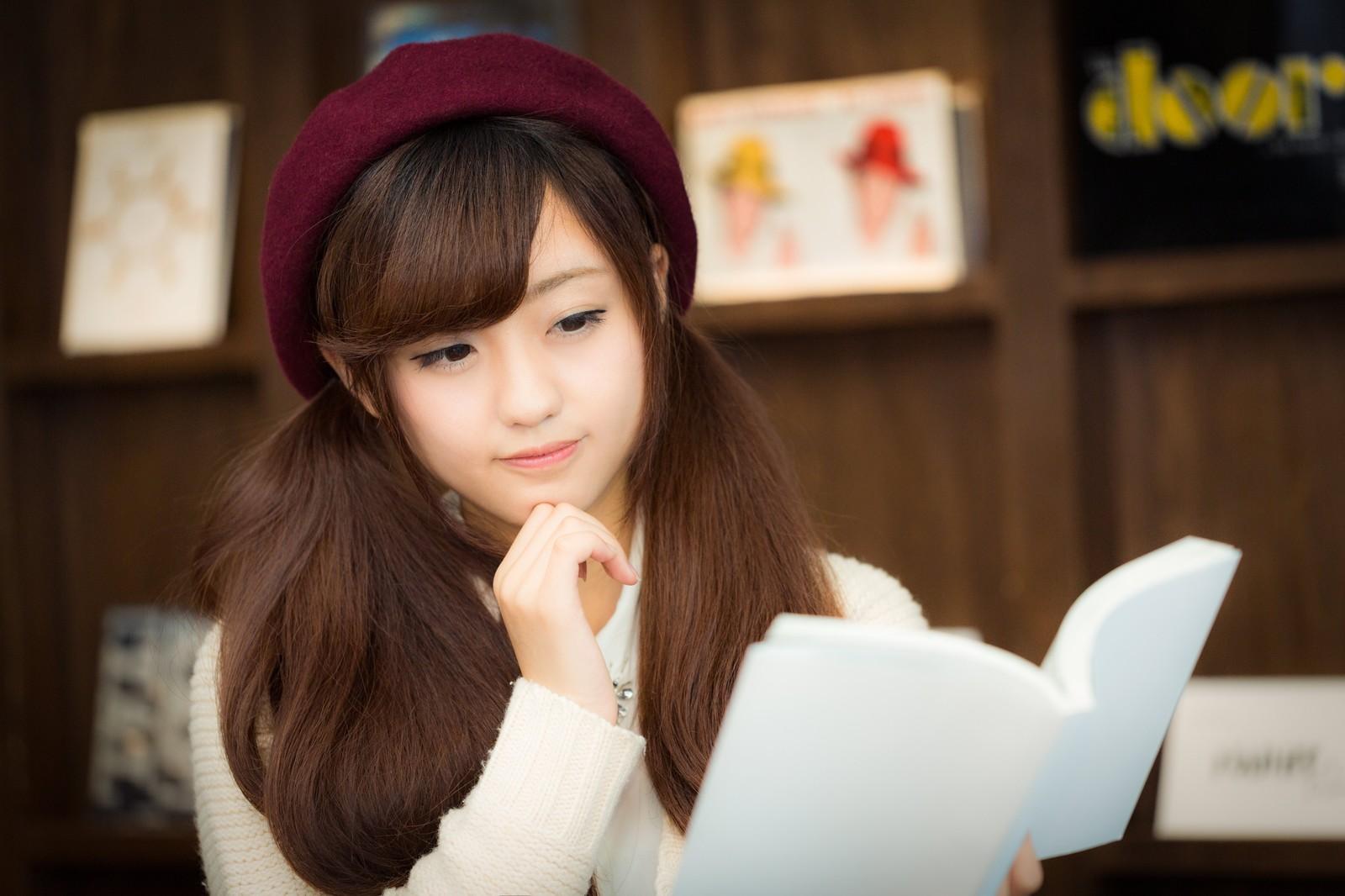 勉強しながら考える少女