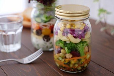 野菜の詰まったサラダジャー
