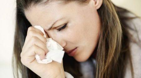 悲しくて泣いている女性