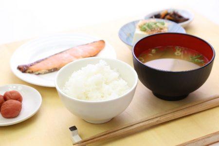 白飯と味噌汁の朝ごはん