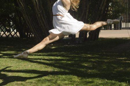 カーヴィーダンスでジャンプしている女性