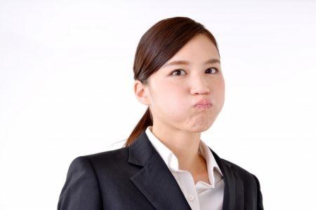 頬を膨らませる女性
