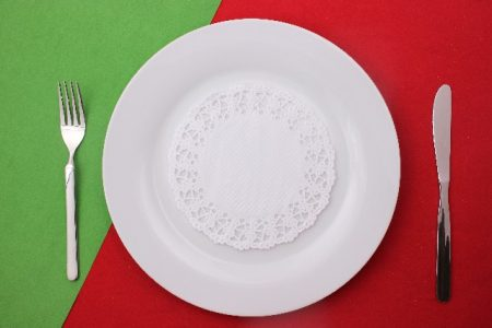 大きなお皿とフォークとナイフ