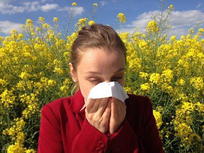 アレルギー性鼻炎で苦しむ女性