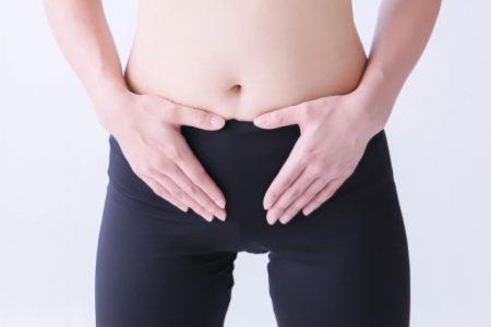 腸もみする女性